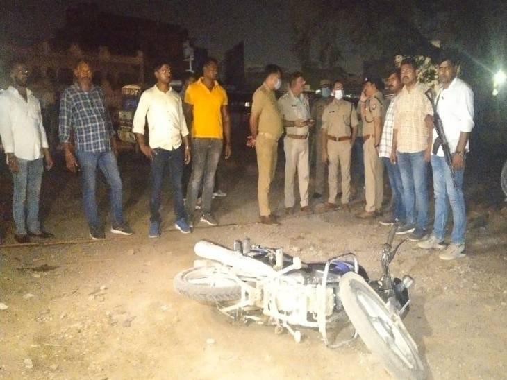 सिटी रेलवे स्टेशन पर पुलिस को देखते ही दो बदमाशों ने गोलियां चला दी, जवाबी फायरिंग में एक घायल हो गया, दूसरा चकमा देकर भाग गया|वाराणसी,Varanasi - Dainik Bhaskar