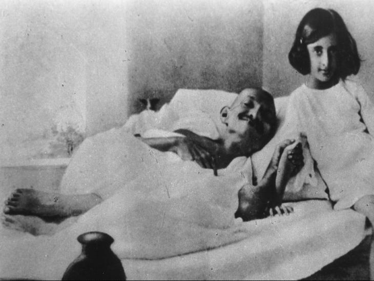 गांधी जी के सिरहाने बैठी छोटी लड़की इंदिरा गांधी हैं, जो आगे चलकर भारत की पहली महिला प्रधानमंत्री बनीं।