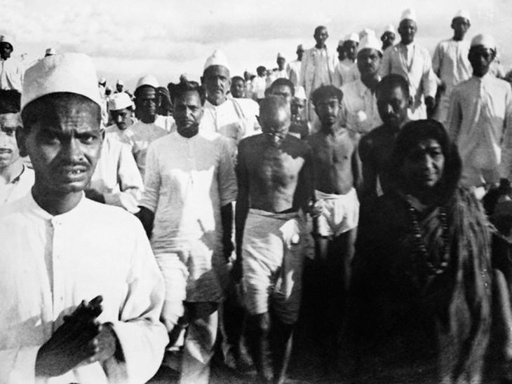 दांडी मार्च के दौरान गांधी जी।