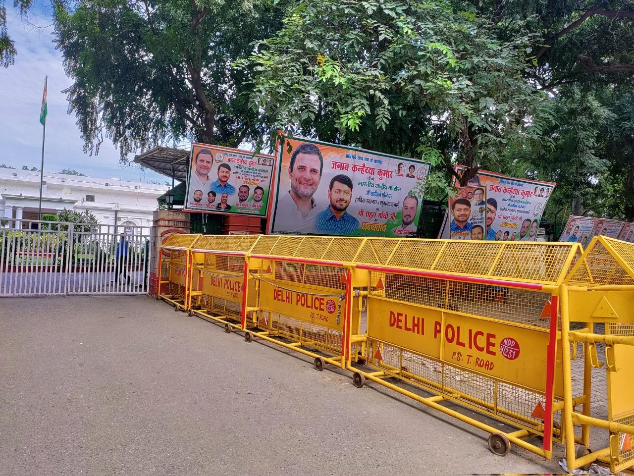 कांग्रेस मुख्यालय में कन्हैया कुमार के पोस्टर और होर्डिंग लगे हुए हैं।