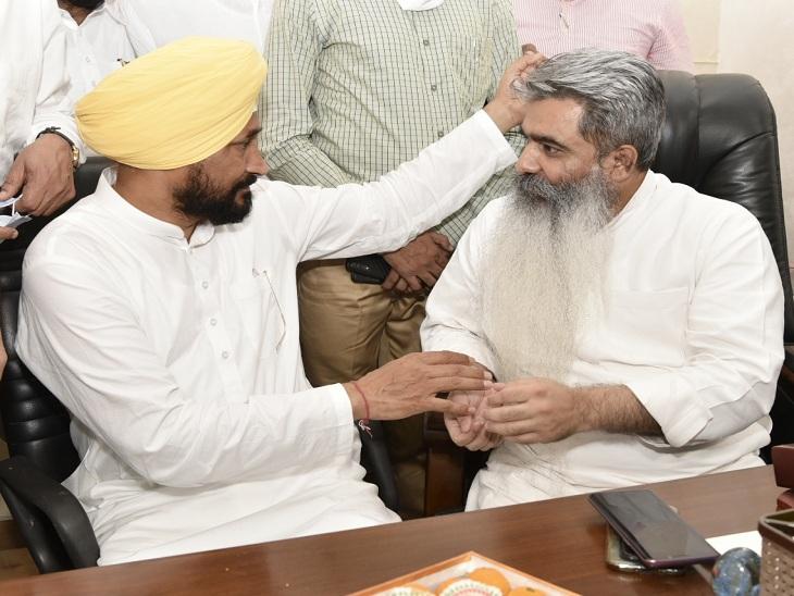 भारत भूषण आशु को पदभार संभालने पर बधाई देते सीएम चन्नी।
