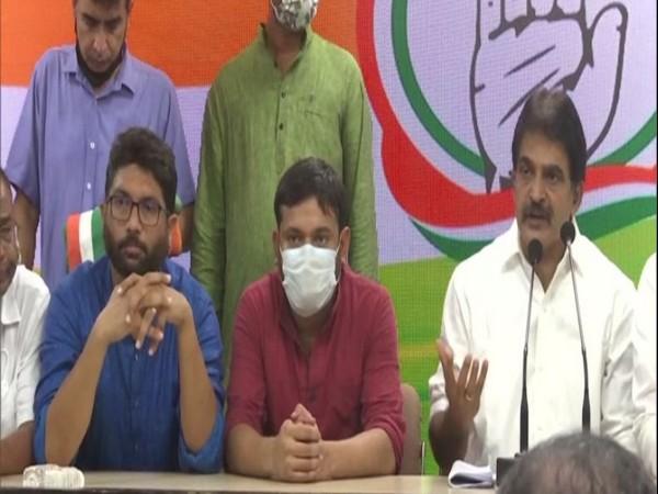 कांग्रेस महासचिव केसी वेणुगोपाल ने कन्हैया कुमार और जिग्नेश मेवाणी को पार्टी की सदस्यता दिलाई।