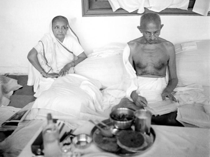 कस्तूरबा गांधी के साथ महात्मा गांधी।