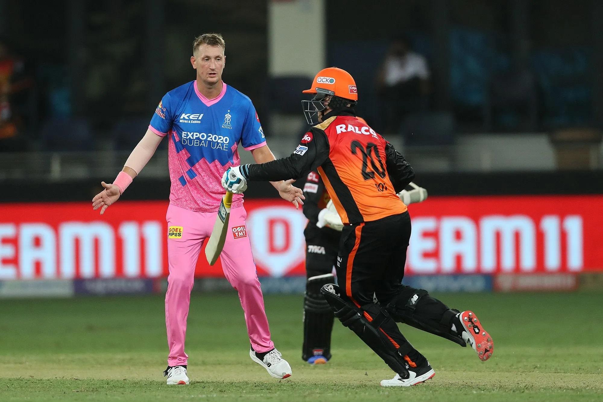 इस तस्वीर में बाईं ओर हाथ फैलाए लंबे कद के खिलाड़ी क्रिस मॉरिस हैं। इन्हें 2021 की IPL नीलामी में राजस्थान रॉयल्स ने 16.25 करोड़ में खरीदा था, लेकिन एक जरूरी मैच में इन्होंने 1 ओवर में 18 रन खर्च कर डाले। इसमें जेसन रॉय ने इन्हें 3 चौके मारे और चौथा चौका रॉय के पैड में लगकर चला गया।