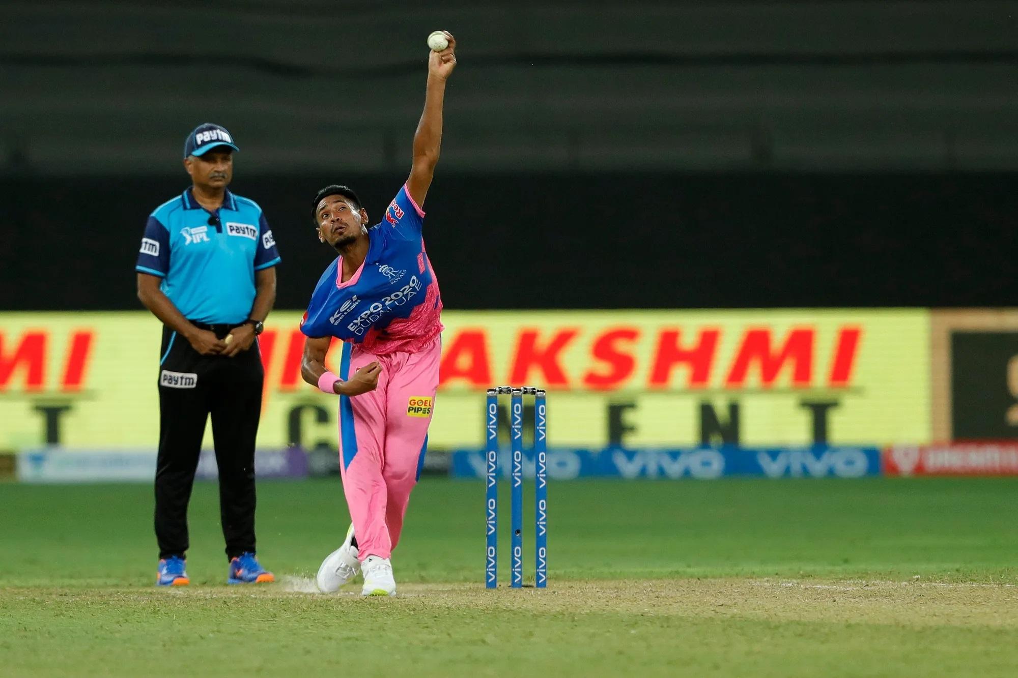 ये बांग्लादेशी बॉलर मुस्तफिजुर रहमान हैं। राजस्थान के लिए खेलते हैं। फास्ट बॉलिंग करते हैं, लेकिन मैच में उन्होंने प्रयोग किया और इतनी स्लोवर गेंद फेंक दी कि न बैट्समैन को समझ आई और न कीपर संजू सैमसन को। गेंद बॉलर के हाथ से निकलने के बाद सीधे बाउंड्री लाइन के पार चली गई। अंपायर ने बाई में 4 रन एड करने को कहा।