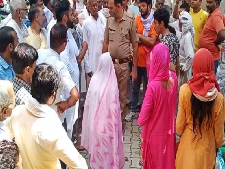 गांव की महिलाएं कालाबाजारी के खिलाफ कर रही थी प्रदर्शन, तभी डीलर ने आकर की मारपीट|बागपत,Baghpat - Dainik Bhaskar
