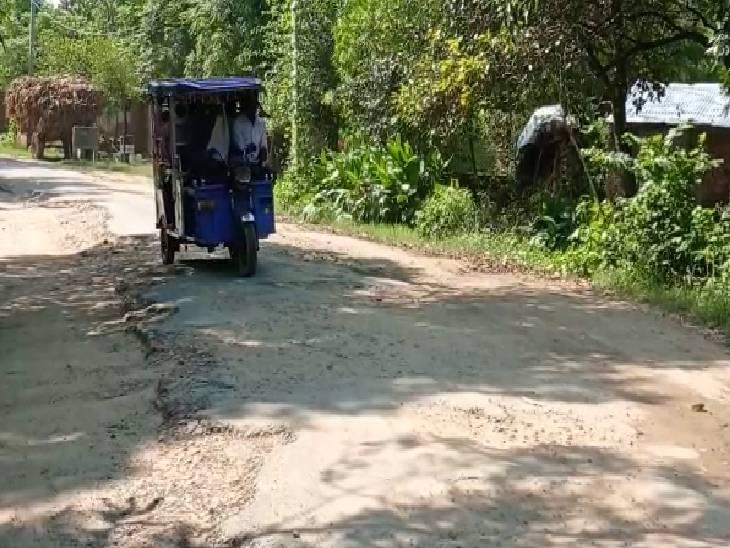 गड्ढों और पानी से भरी सड़कें कम कर देती हैं वाहनों की रफ्तार, आधे घंटे का सफर 1 घंटे में होता है पूरा फर्रुखाबाद,Farrukhabad - Dainik Bhaskar