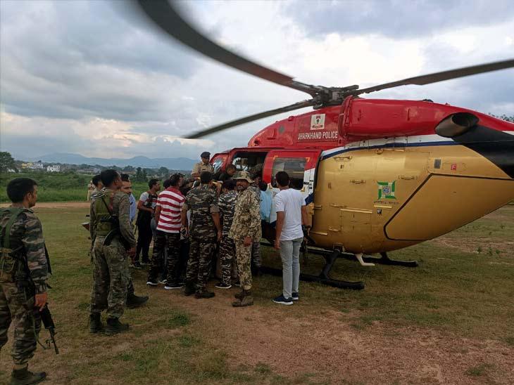 झारखंड जगुआर के जख्मी सहायक कमांडेंट को हेलिकॉप्टर की मदद से रांची स्थित मेडिका अस्पताल भेजा गया, जहां वो शहीद हो गए। - Dainik Bhaskar