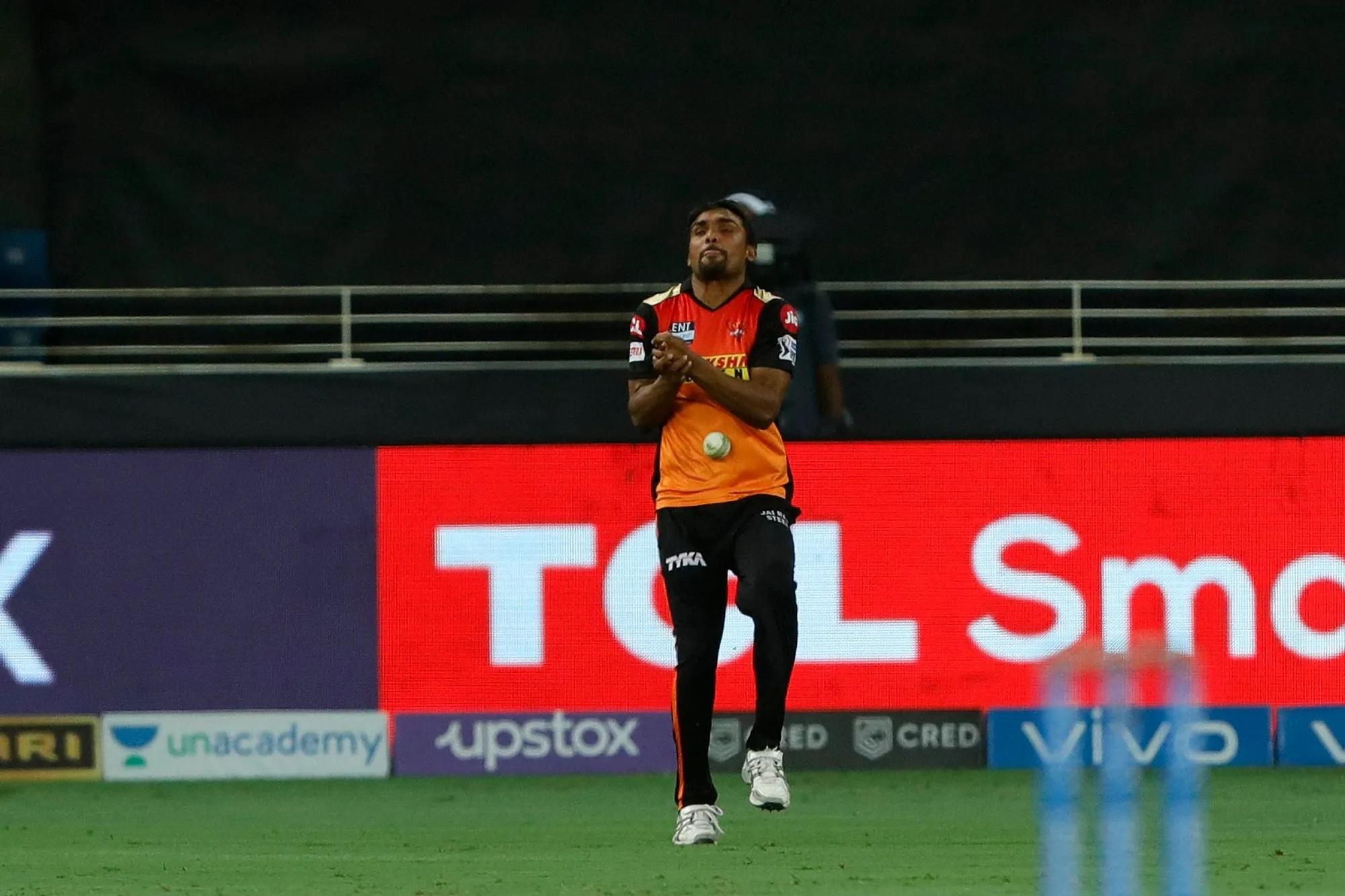 ये हैदराबाद के संदीप शर्मा हैं। एक कैच पकड़ने के लिए वे उल्टे कदम, बिना पीछे देखे हुए करीब 15-17 कदम तक भागते चले गए। अंत में खुद को गेंद के नीचे पहुंचा दिए, लेकिन गेंद उनके हाथ के बजाए पेट पर आकर गिरी। कैट छूटने के बाद बॉलर जेसन होल्डर को छोड़कर पूरी हैदराबाद टीम उन्हें देखकर मुस्कुरा रही थी। अगली तस्वीर में हम होल्डर का रिएक्शन भी दिखा रहे हैं।