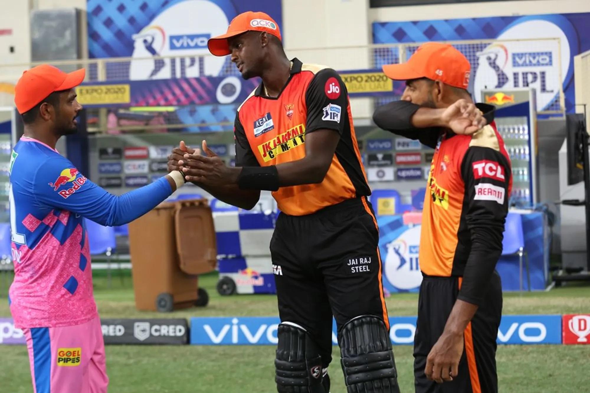 ये तस्वीर भी एकदम वही कहानी बयां करती है। हार के बाद सैमसन जब पवेलियन लौट रहे थे तो होल्डर उन्हें रास्ते में रोकर सहानुभूति देने लगे। असल में संजू ने वाकई जबर्दस्त पारी खेली थी। लेकिन उनकी टीम हार गई। फिर राजस्थान के लिए यह मैच जीतना बहुत जरूरी था। एक जीत से वे पॉइंट टेबल में सीधे चौथे स्थान पर पहुंच जाती, लेकिन फिलहाल 6वें स्थान पर खिसक गई है।