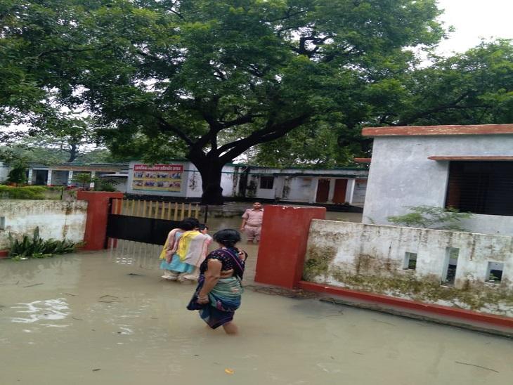 50 से ज्यादा स्कूलों में भरा है पानी, आसपास के घरों में बच्चों को पढ़ा रहे टीचर, BSA बोले- पानी निकालने की हो रही कोशिश|आजमगढ़,Azamgarh - Dainik Bhaskar