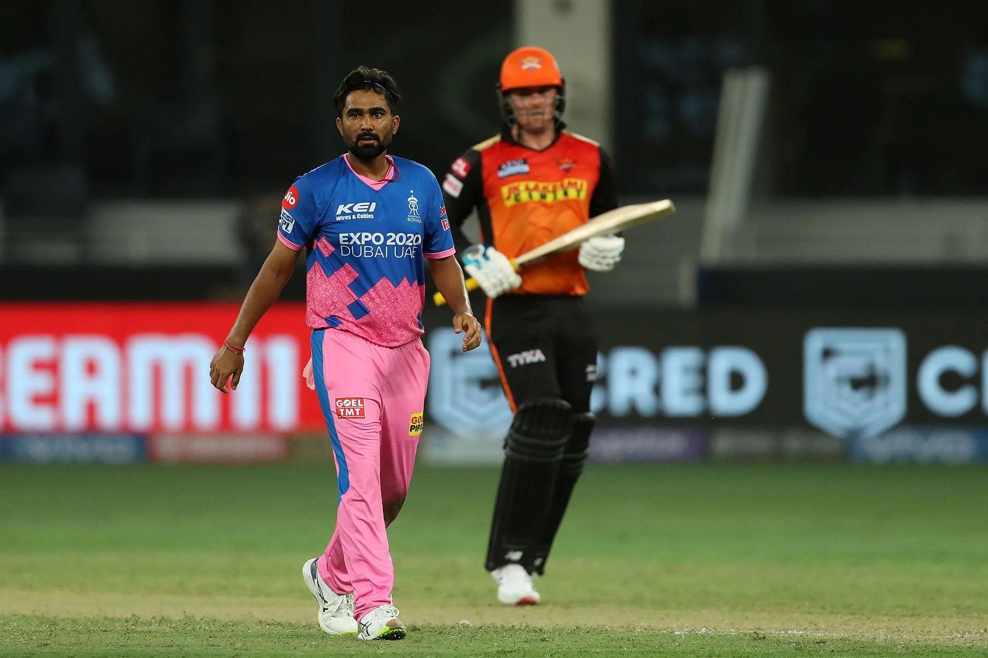 इस तस्वीर में बाईं ओर दिख रहे गेंदबाज राजस्थान रॉयल्स के राहुल तेवतिया हैं। वे विकेट लेने के बाद अक्सर आक्रामक तरीके से सेलिब्रेट करते हैं। फील्ड में लगातार अपने साथी खिलड़ियों को चियर-अप करते हैं, लेकिन आजकल इनके अपने सितारे गर्दिश में चल रहे हैं। इनके ओवर में जेसन रॉय ने 3 चौके और 1 छक्का मारा। ओवर में इन्होंने कुल 21 रन दिए।