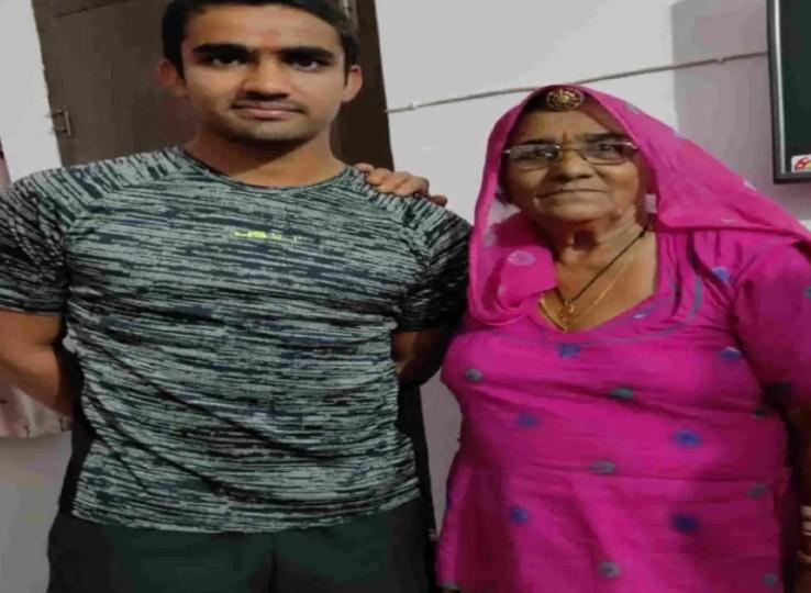 अपनी दादी सिणगारी देवी के साथ महिपाल। महिपाल का जन्म 16 नवंबर, 1999 को नागौर जिले की मूंडवा तहसील के ढाढरिया खुर्द गांव में हुआ था।