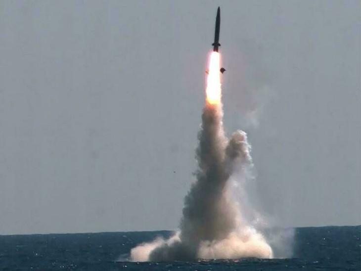 नॉर्थ कोरिया ने कहा कि साउथ कोरिया ने कुछ दिन पहले खुद सबमरीन से बैलिस्टिक मिसाइल लॉन्च की थी। ऐसे में उसे कोई अधिकार नहीं कि वह हमारे परीक्षण की आलोचना करे। (तस्वीर नॉर्थ कोरिया की तरफ से मंगलवार के मिसाइल लॉन्च की है।) - Dainik Bhaskar
