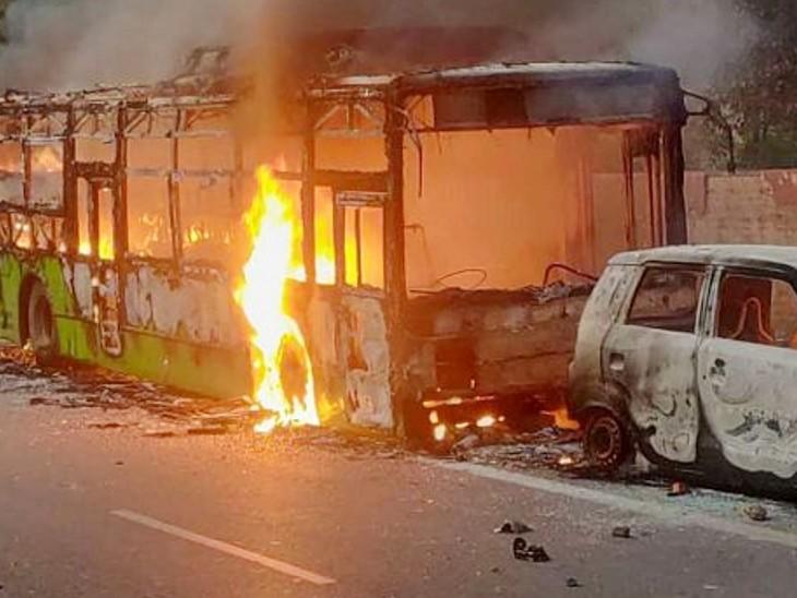 दिल्ली में भड़की हिंसा के दौरान दंगाइयों ने सार्वजनिक और निजी वाहनों को आग के हवाले कर दिया था।