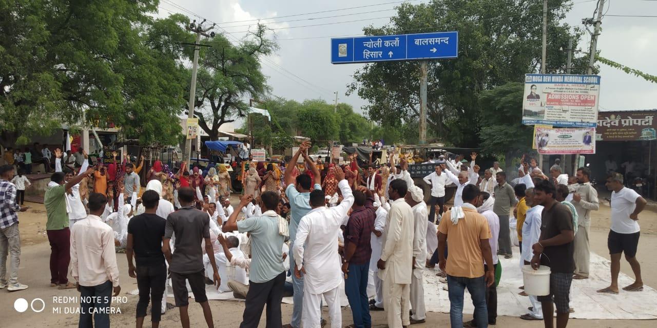 गंदगी-बदबू और मक्खियों से परेशान ग्रामीणों ने किया रोड जाम; बोले- हमारा सांस लेना दूभर हो गया, फार्म बंद करवा दीजिए|हिसार,Hisar - Dainik Bhaskar
