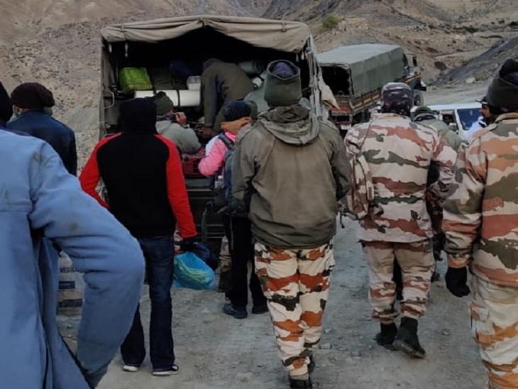 पर्वतारोहियों को संरक्षक दल के सदस्य।