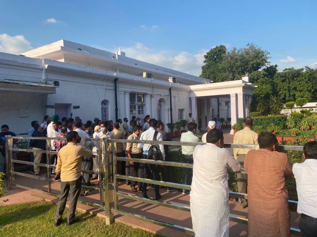 कन्हैया कुमार और जिग्नेश मेवाणी के कांग्रेस में शामिल होने के मौके पर दिल्ली में पार्टी मुख्यालय में उमड़ी भीड़।