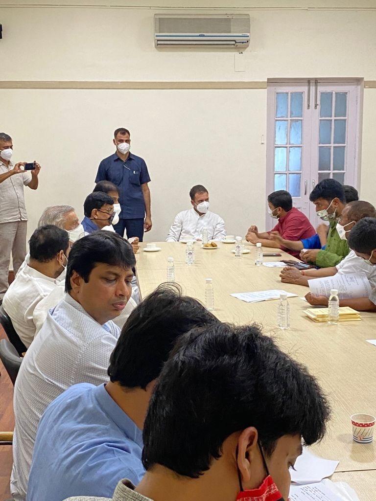 सिद्धू के इस्तीफे के बाद कांग्रेस मुख्यालय में पार्टी नेताओं से चर्चा करते हुए राहुल गांधी।