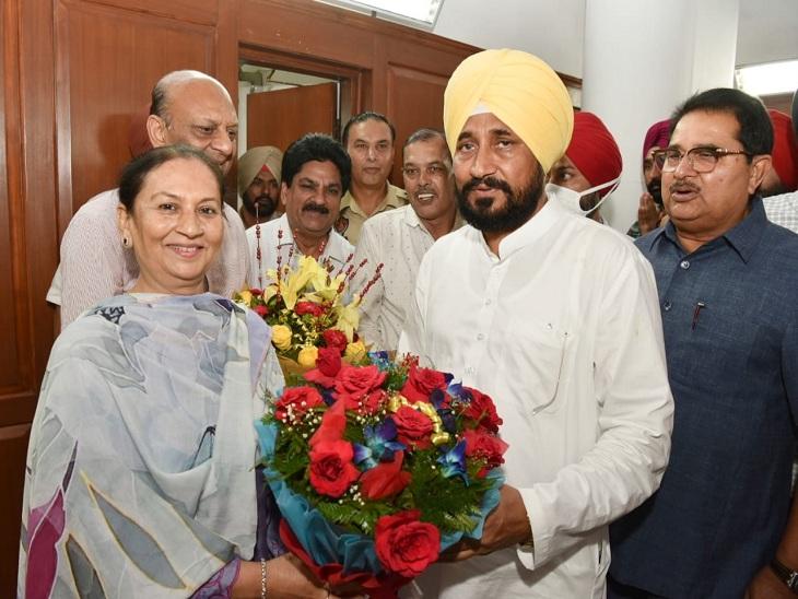 मंत्री पद संभालने पर अरुणा चौधरी को गुलदस्ता भेंट करते सीएम चन्नी।