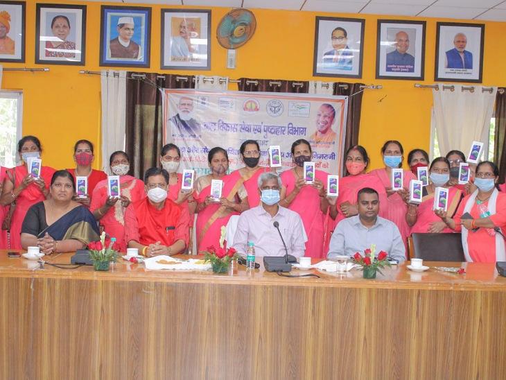 मुरादाबाद की 2372 आंगनबाड़ी कार्यकत्रियों को मिले फोन, अब ऑनलाइन डाटा फीडिंग भी करेंगी|मुरादाबाद,Moradabad - Dainik Bhaskar