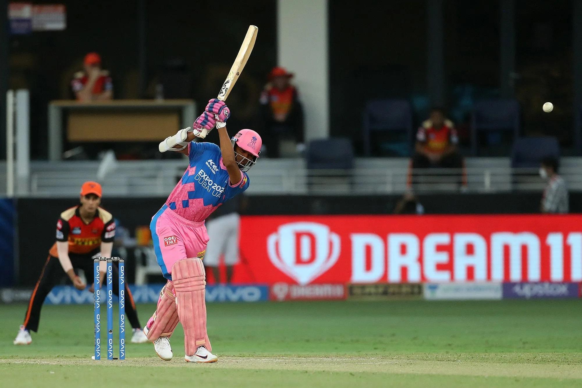 राजस्थान के लिए ओपनिंग करने आए यशस्वी जायसवाल अच्छा खेल रहे थे। इस तस्वीर में उनके शानदार अंदाज को देख सकते हैं। उन्होंने 21 गेंद में 5 चौकों की मदद से 30 रन बनाए थे। 22वीं गेंद में उन्होंने बॉलर संदीप शर्मा को एक करारा छक्का मारा, लेकिन 23वीं गेंद में क्लीन बोल्ड हो गए। छक्का मारने के बाद अगली गेंद पर जब वे आउट हुए तो उनका मुंह बन गया और संदीप शर्मा उन्हें तिरछी नजर से देखते हुए मुस्कुराते रहे।