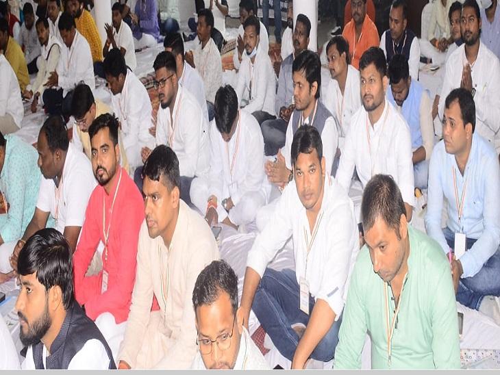 मीटिंग में बड़ी संख्या में काम करने वाले कर्मचारी शामिल हों।