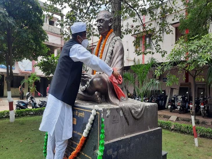 गांधी जी की प्रतिमा