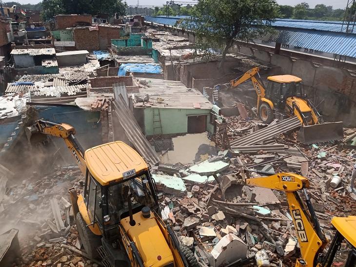संजय नगर कॉलोनी में मकानो को तोड़ती जेसीबी मशीन।
