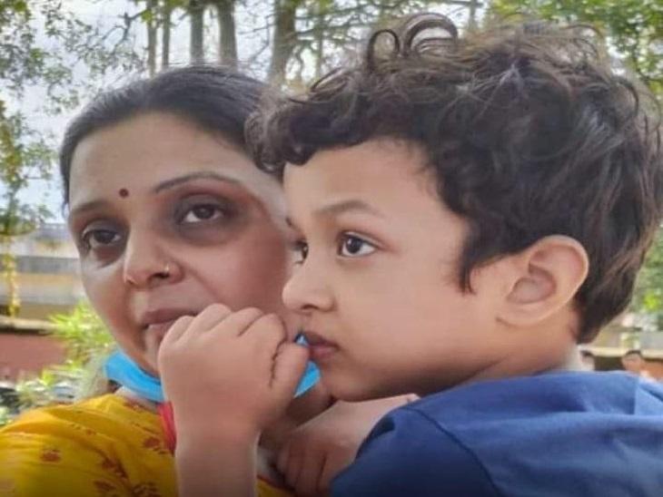 परिवार को केस न दर्ज कराने की सलाह देते हुए डीएम और एसएसपी का वीडियो सामने आया है। - Dainik Bhaskar