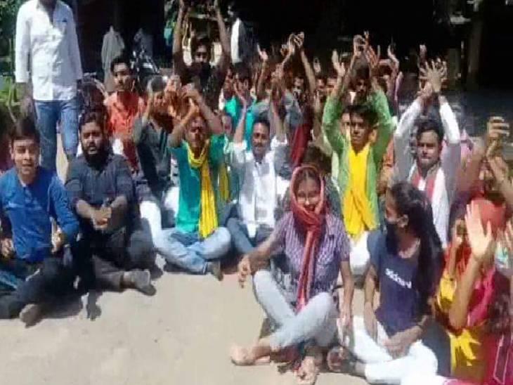 ओएमआर शीट पर एग्जाम कराए जाने का किया विरोध, बुंदेलखंड यूनिवर्सिटी की गिनाई कमियां बांदा,Banda - Dainik Bhaskar
