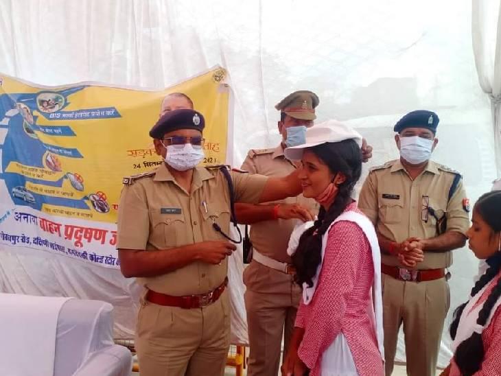एक दिन के लिए TSI बनी छात्रा, यातायात नियमों का उल्लंघन करने वालों का काटा चालान|महराजगंज,Maharajganj - Dainik Bhaskar