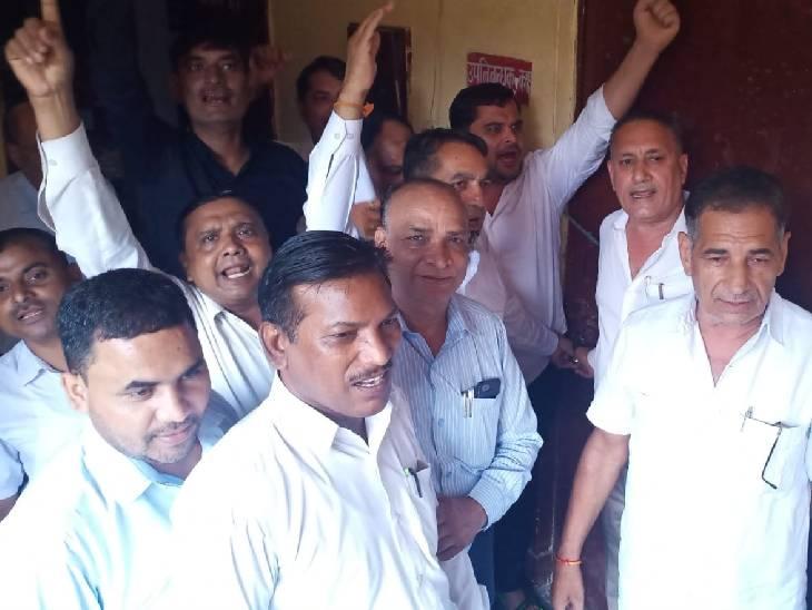 बागपत में वकीलों ने नहीं किया काम, मांग को लेकर किया विरोध प्रदर्शन|बागपत,Baghpat - Dainik Bhaskar