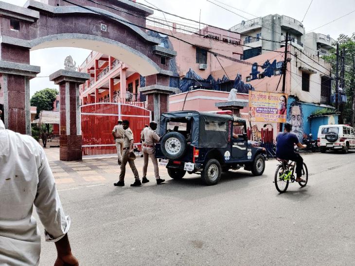 नरेंद्र गिरि की मौत के बाद CBI मामले की जांच कर रही है। बाघंबरी मठ के अंदर और बाहर सुरक्षा व्यवस्था सख्त है, हर जगह जवान मुस्तैद हैं।