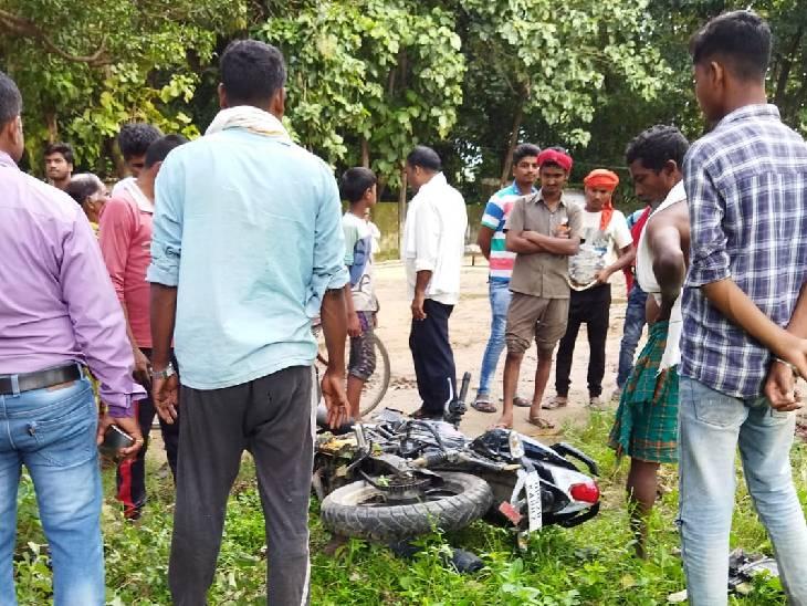 स्कूल जा रहा था 11वीं का छात्र, अनियंत्रित होकर पेड़ से टकराई तेज रफ्तार बाइक; मौत|देवरिया,Deoria - Dainik Bhaskar