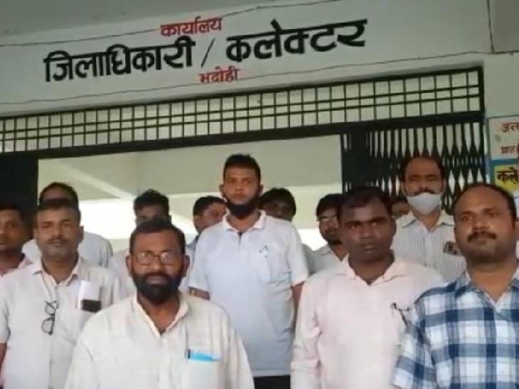 ग्राम विकास अधिकारियों ने DM से की शिकायत, कहा- बजट में कमीशन की हो रही मांग, न देने पर पीटने की मिली धमकी भदोही,Bhadohi - Dainik Bhaskar