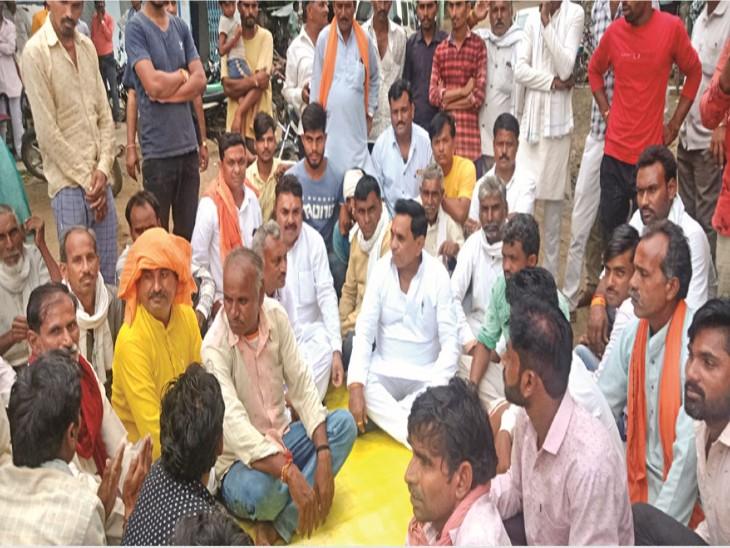 युवकों को न्याय दिलाने व फिशरीज कंपनी पर कार्रवाई करने के लिए धरने पर बैठे विधायक। - Dainik Bhaskar