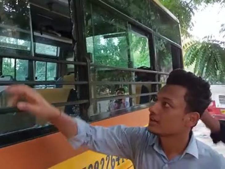 आगरा हाईवे पर हमलावरों ने ट्रक आगे लगाकर रोकी बस, लाठी - डंडों से छात्र-छात्राओं को पीटा, पथराव कर तोड़े बस के शीशे, 20 घायल रामपुर,Rampur - Dainik Bhaskar