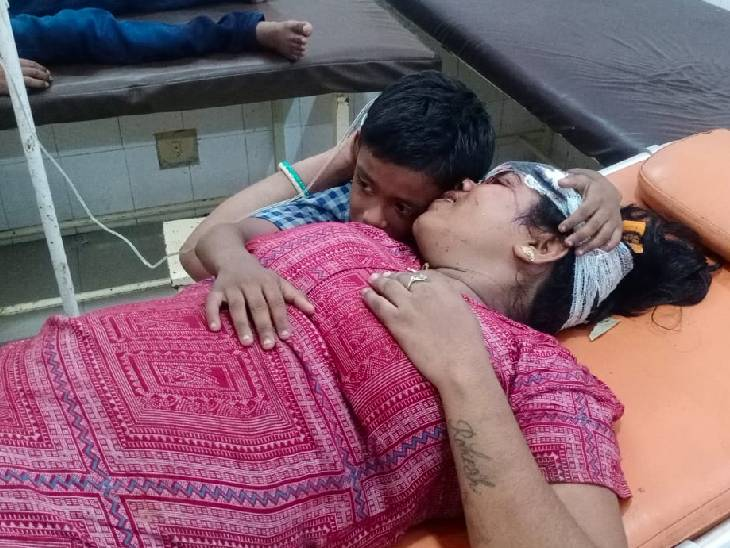 बेटे को लेकर पानी पीने उतरी थी महिला, चलती ट्रेन में चढ़ते समय गिरी; बेटे को वेंडर ने बचाया|ललितपुर,Lalitpur - Dainik Bhaskar