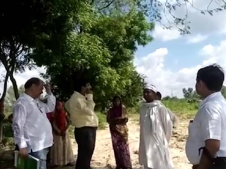रोड नहीं तो वोट नहीं खबर का डीएम ने लिया संज्ञान, बीडीओ और सेकेट्री पहुंचे गांव, सड़क बनाने को लेकर किया बातचीत|अमेठी,Amethi - Dainik Bhaskar