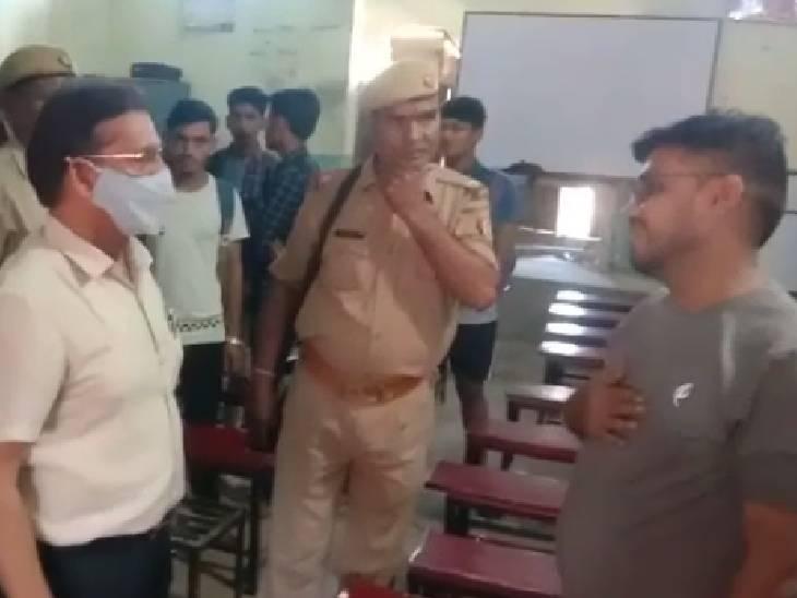विद्यालय के समय पर चलाए जा रहे थे सेंटर, जिला विद्यालय निरीक्षक ने मारा छापा, एक शिक्षक गिरफ्तार बांदा,Banda - Dainik Bhaskar