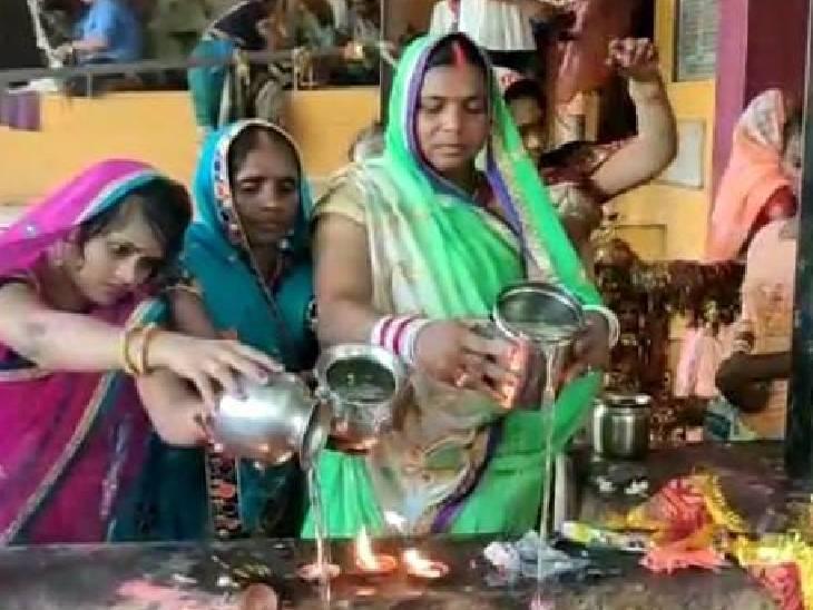 सीता कुंड में स्नान के बाद महिलाओं ने तर्पण कर पूर्वजों को किया याद, सदियों से चली आ रही यह प्रथा मिर्जापुर,Mirzapur - Dainik Bhaskar