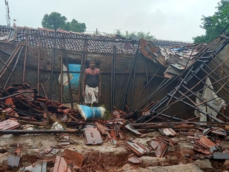 जामताड़ा की पाबिया पंचायत के सिकदरडीह गांव के बद्री राय का मकान भारी बारिश से ढह गया है.