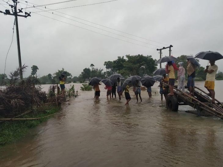 लगातार हो रही बारिश के कारण जामताड़ा में बिक्रमपुर हिंगलो नदी का जलस्तर इतना अधिक हो गया है कि पानी गांव में घुस गया है.  गांव के लोग सुरक्षित स्थान की ओर बढ़ रहे हैं।