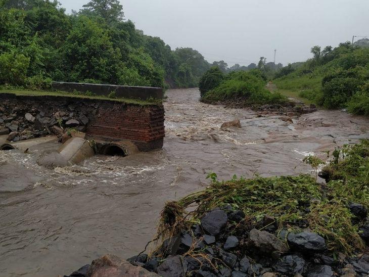 बेरमो में लगातार बारिश के कारण करिपानी और कल्याणी क्षेत्र को जोड़ने वाली पुलिया बह गई।  जिससे करी पानी मंदिर कॉलोनी और कल्याणी के सैकड़ों लोगों को खासी परेशानी का सामना करना पड़ रहा है.