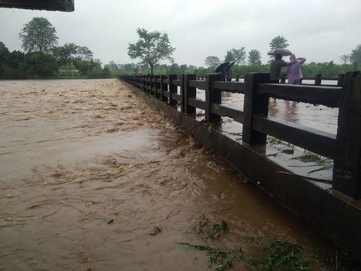 गोमो में यमुना नदी अपने चरम पर है।  इसका पानी ओवरफ्लो होकर सड़कों पर आ गया है।  इसके चलते यातायात बाधित हो गया है।
