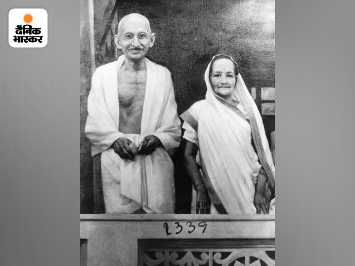 साबरमती आश्रम में अपने कमरे की बालकनी में खड़े महात्मा गांधी और उनकी पत्नी कस्तूरबा गांधी। कस्तूरबा को ब्रॉन्काइटिस की शिकायत थी, फिर उन्हें दो दिल के दौरे पड़े और इसके बाद निमोनिया हो गया। डॉक्टर बा को पेनिसिलिन का इंजेक्शन देना चाहते थे, लेकिन गांधी इलाज के इस तरीके को हिंसा मानते थे और इसके खिलाफ थे। इसलिए बा ने इंजेक्शन नहीं लिया और 22 फरवरी 1944 को उनका निधन हो गया।