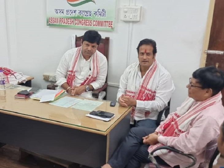 असम कांग्रेस की बैठक में प्रभारी सचिव और छत्तीसगढ़ के विधायक विकास उपाध्याय।
