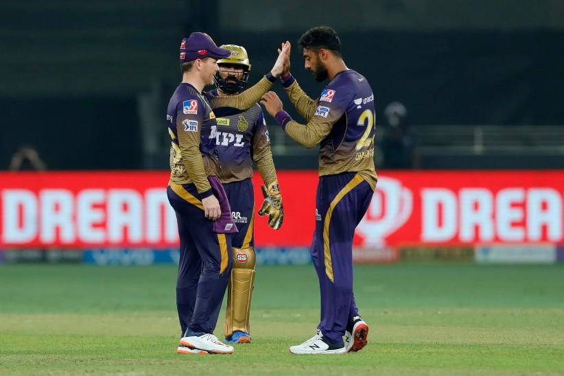 वरुण चक्रवर्ती ने चार ओवर में 24 रन देकर 2 विकेट चटकाए