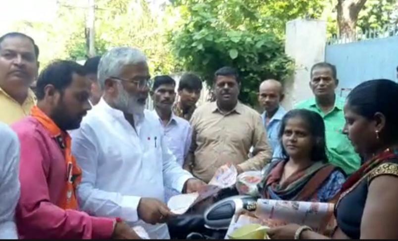आगरा में पीएम मोदी और सीएम योगी का रिपोर्ट कार्ड लेकर घर - घर पहुंचे भाजपा प्रदेश अध्यक्ष स्वतंत्र देव, बोले- विपक्ष पार्टी नहीं परिवार द्वारा चलने वाला ट्रस्ट है|आगरा,Agra - Dainik Bhaskar